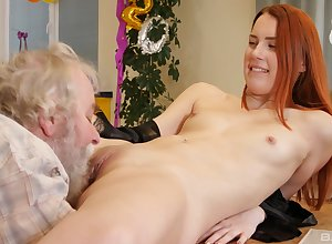Doyenne mendicant destroys Charli Red's muddied pussy roughly giving load of shit likelihood future