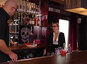 Tow-headed Teen Kellnerin auf dem Tresen geleckt